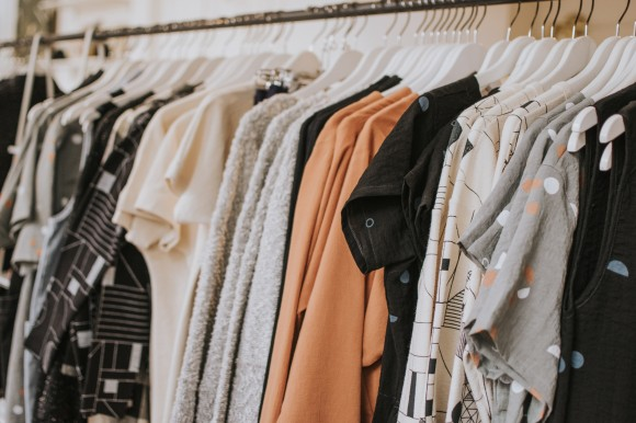 Kleidungsstücke an der Stange.