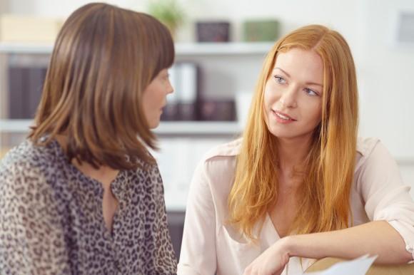 Zwei Erzieherinnen im Dialog