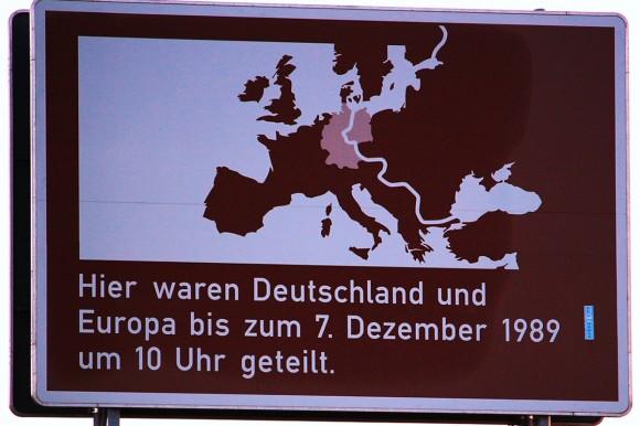 Straßenschild, das die Teilung Deutschlands bis 1989 zeigt