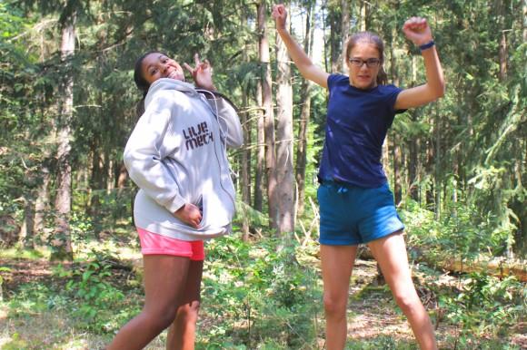 Zwei Mädchen springen in die Luft.